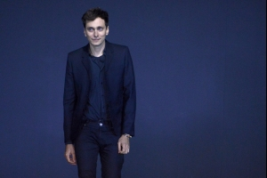Hedi Slimane in causa contro Saint Laurent Per il patto di non concorrenza